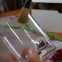 グラスに接着液を塗る