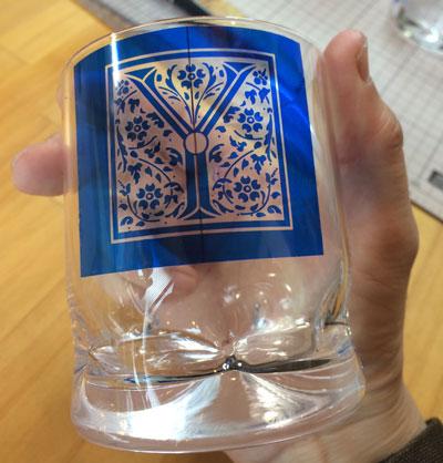 イニシャル入りセロハンを貼り付けたグラス